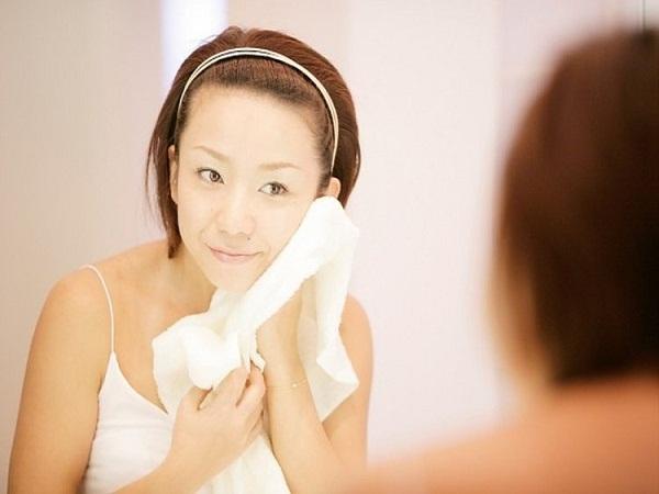 Rửa sạch với nước và thấm khô da bằng khăn mềm