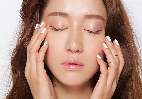 Nếu da bạn quá nhờn, nên bổ sung độ ẩm cho da ngay lập tức