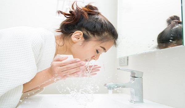 Bạn chỉ nên rửa mặt bằng nước ấm vào mùa đông