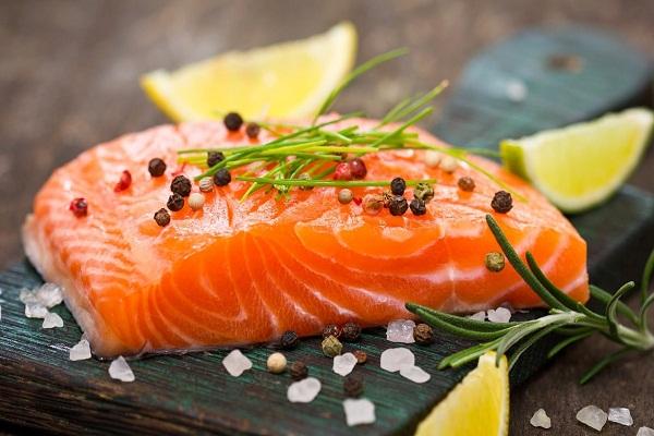 Cá hồi khá đắt nhưngnguồn dinh dưỡng nó mang lại cho da là vô tận