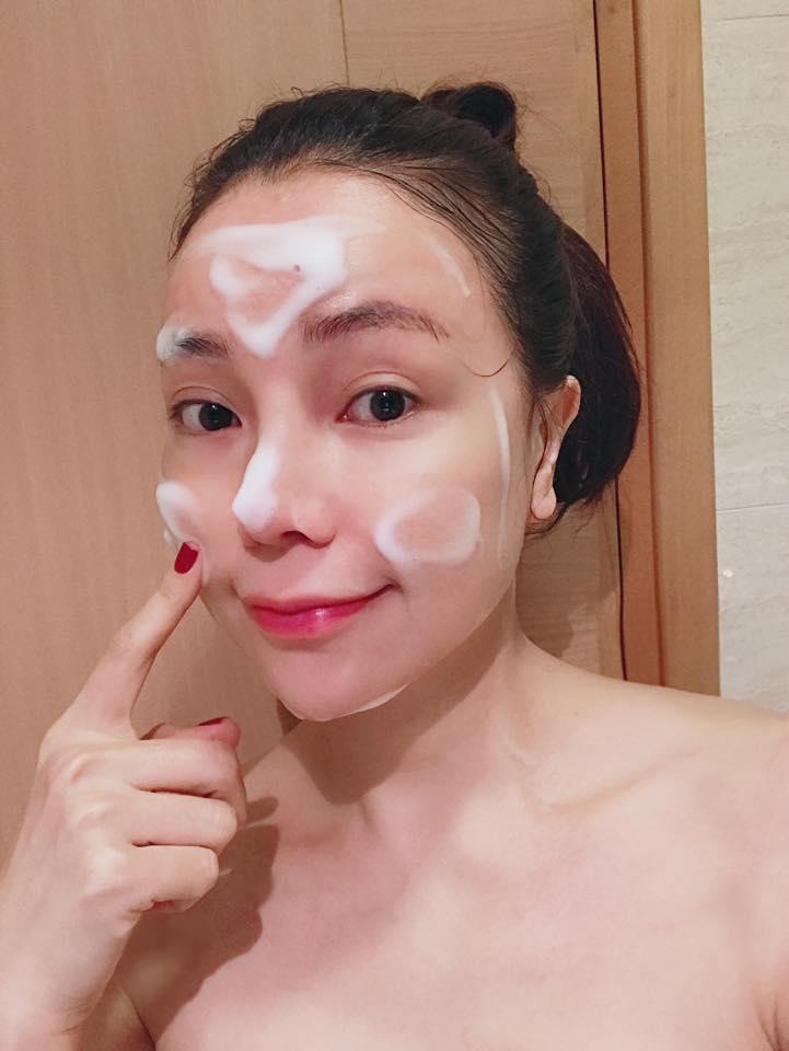 Á hậu Trà Ngọc Hằng tin dùng sữa rửa mặt tạo bọt để làm sạch da, dưỡng ẩm mùa đông