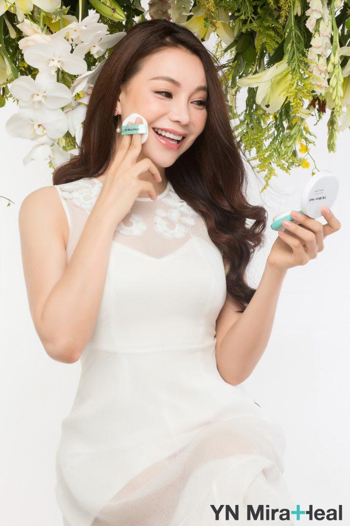 Người đẹp thường dùng phấn nước ddeert hay thế kem nền, tiết kiệm thời gian trang điểm
