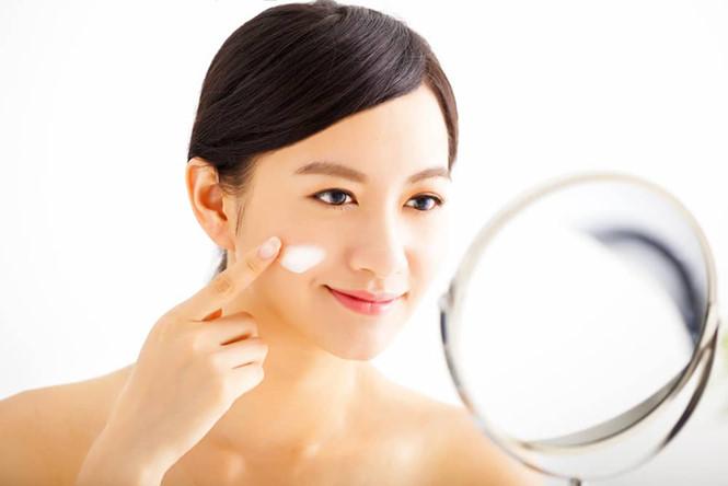 Dưỡng ẩm da bằng toner hoặc serum