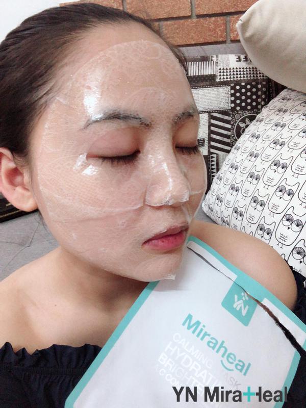Đắp mặt nạ dưỡng da là bước không thể thiếu vào mùa đông