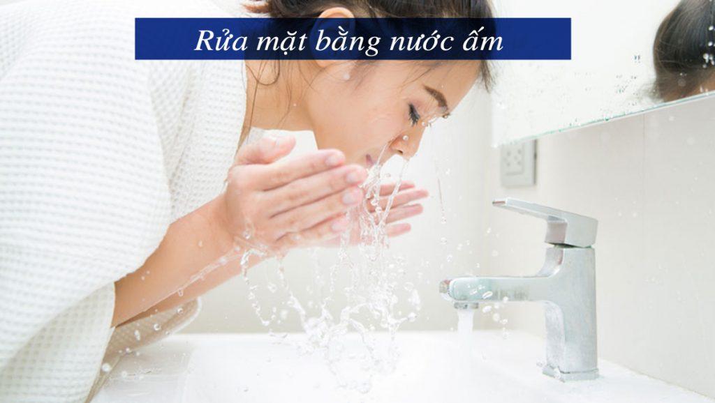 Mùa đông bạn nên rửa mặt bằng nước ấm để da không mất nước