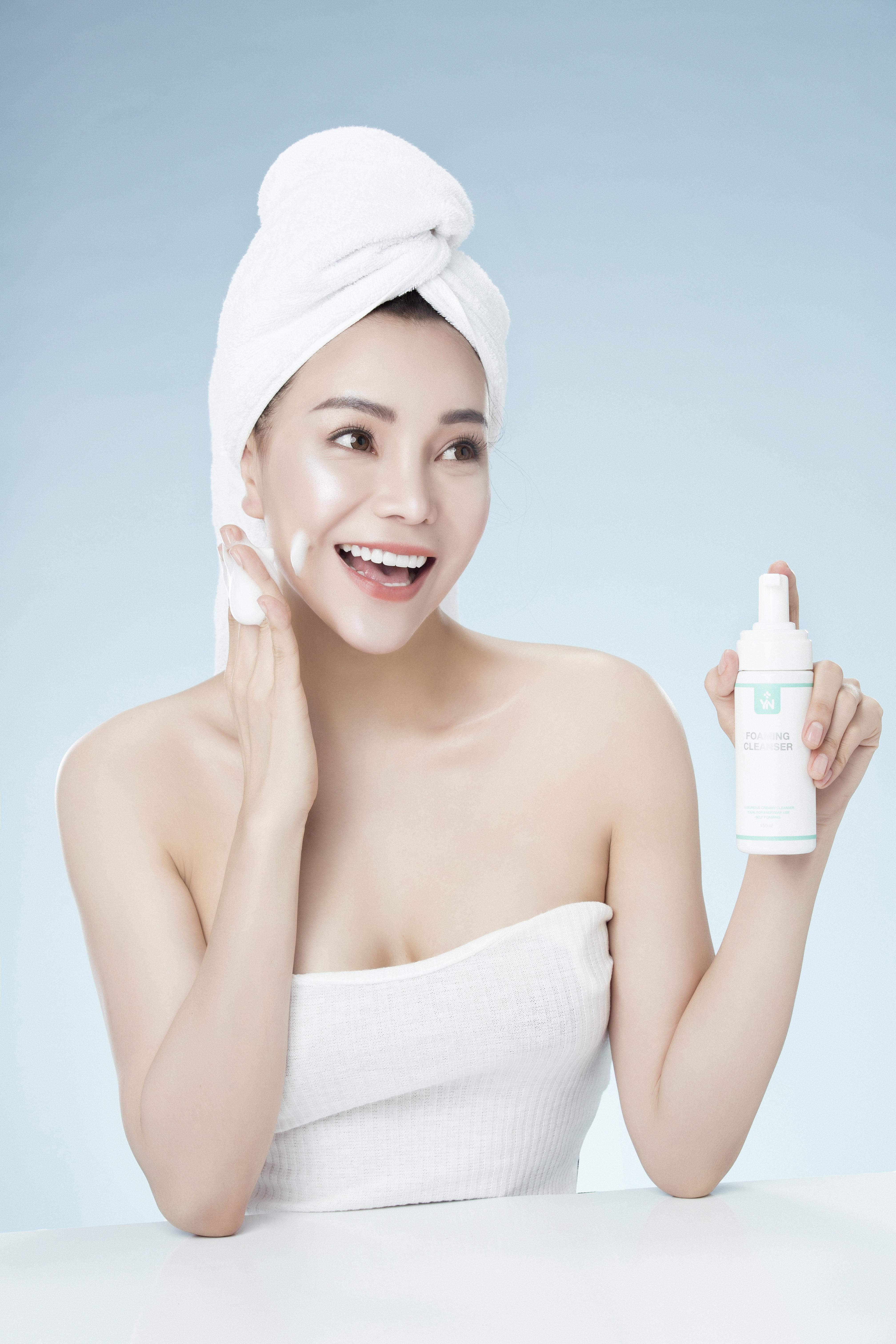 Dùng sữa rửa mặt tạo bọt giúp giảm độ ma sát và tổn thương cho làn da