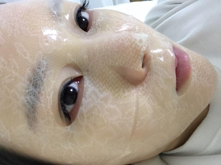 """Chị Thân Thị Hiền: """"Mặt nạ này có lớp ren sang trọng thật đăc biệt. Mặt nạ được chia làm 2 phần nên rất tiện lợi khi đắp, phù hợp với nhiều dạng khuân mặt"""""""