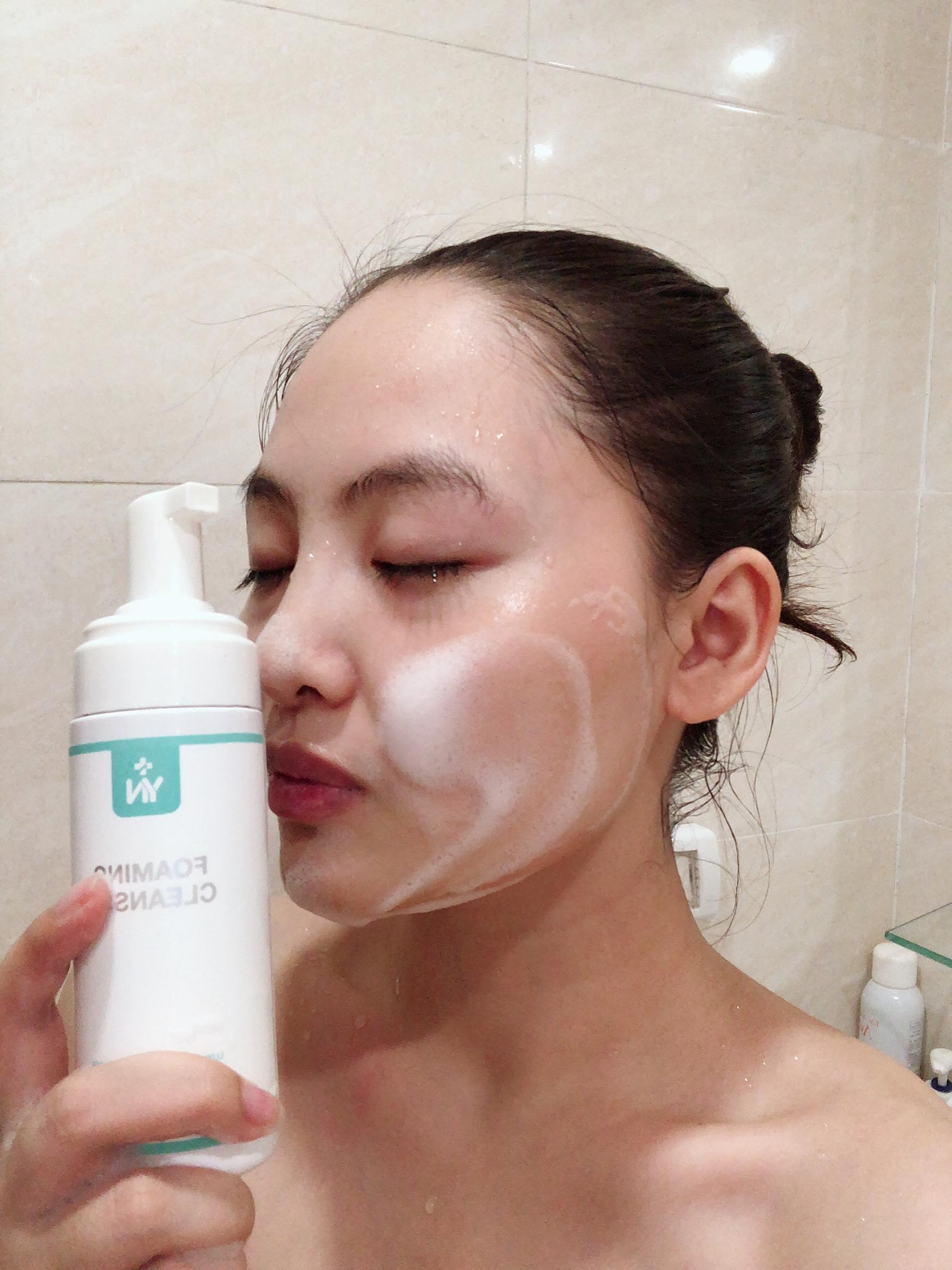 Làm sạch da bằng các loại sữa rửa mặt lành tính giúp làn da hấp thụ kem dưỡng tốt hơn