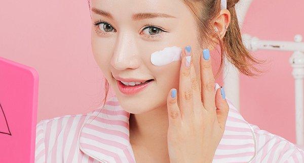 Với những cô nàng da dầu, bạn lên lựa chọn các sản phẩm phấn đã tích hợp chống nắng để không làm dày các lớp trang điểm
