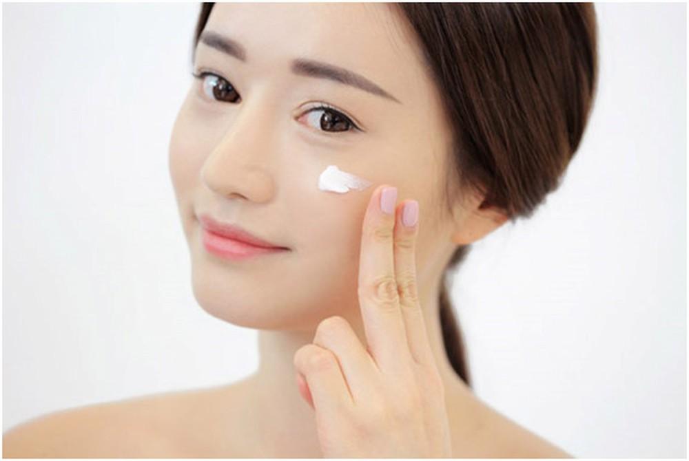 Kem lót chính là các loại kem dưỡng ẩm để tạo lớp bọc bảo vệ da