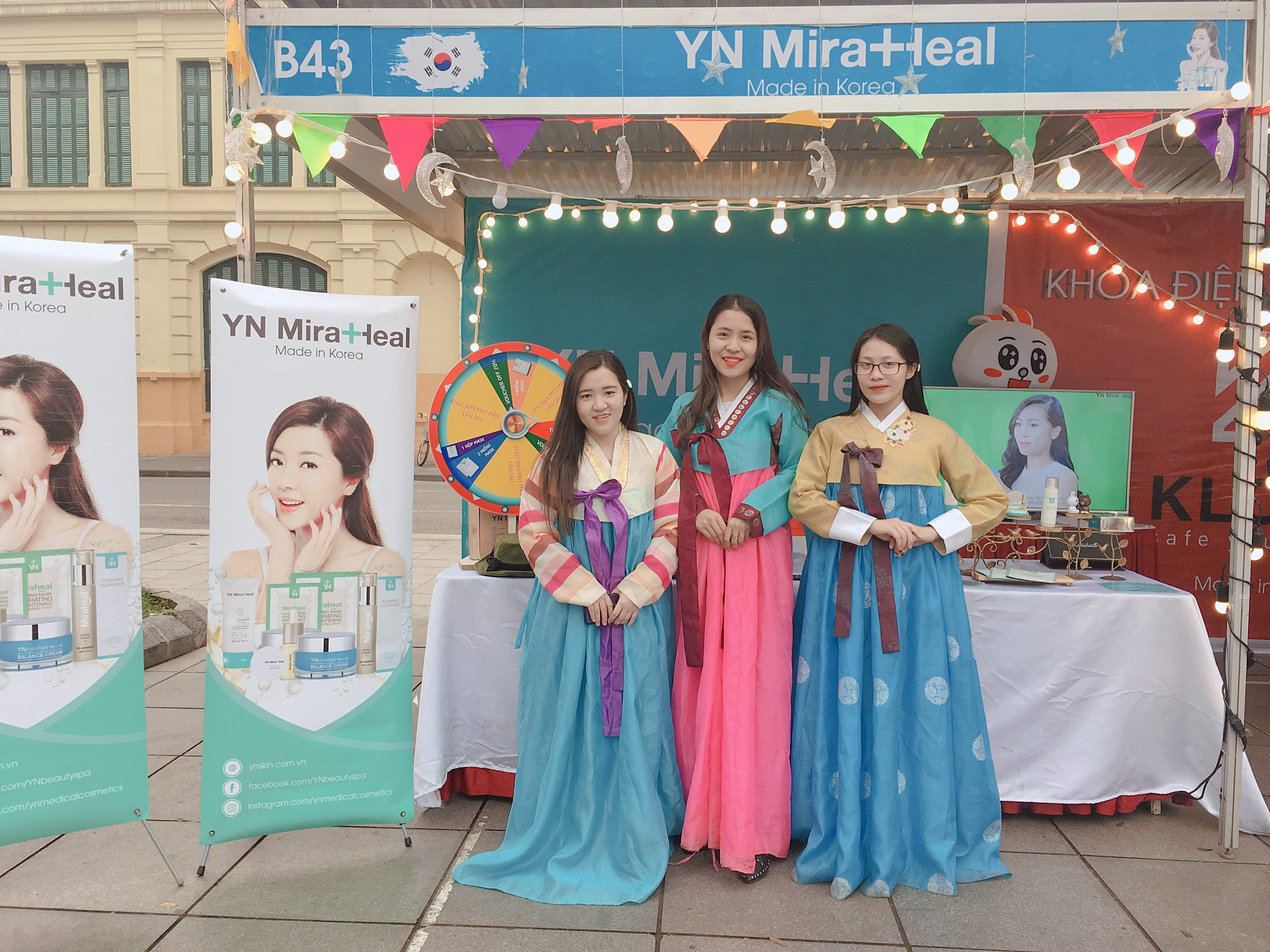 Du khách tham gian đặc biệt thích thú check-in với trang phục truyền thống Hàn Quốc tại gian hàng của YN Miraheal