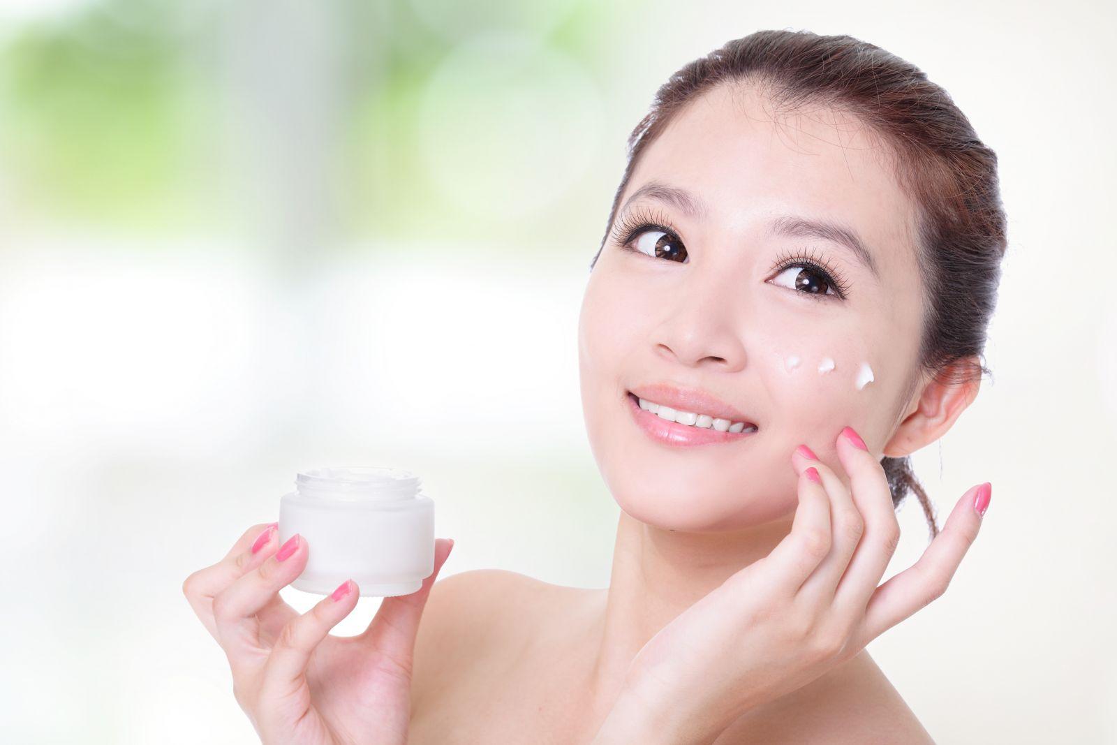 Lớp kem lót là cần thiết để bảo vệ làn da khi trang điểm với phấn nước