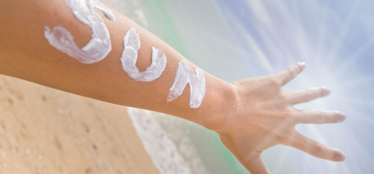 An tâm làn da được bảo vệ nhờ những mẹo chọn kem chống nắng đi biển dưới đây