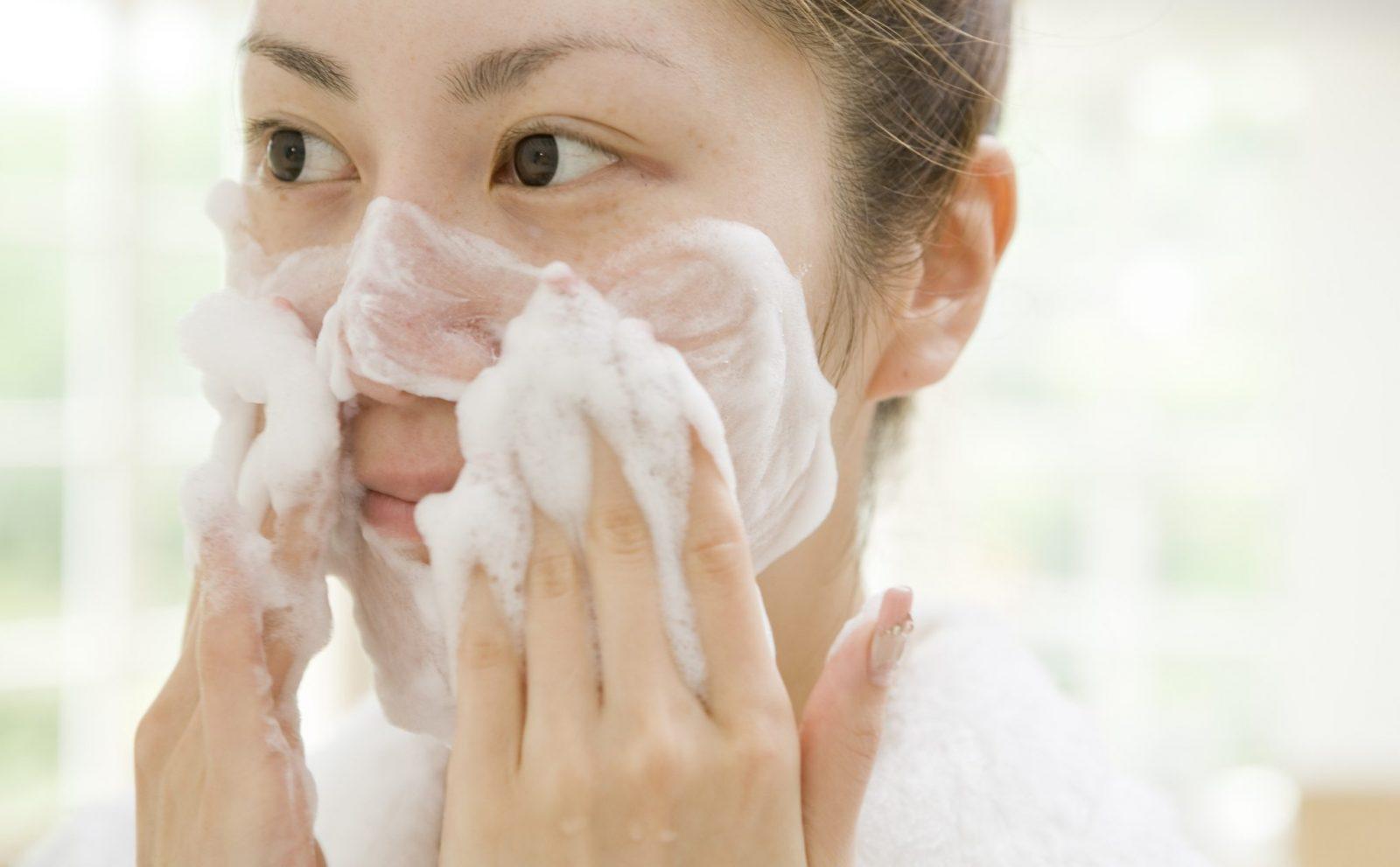 Khi da bạn bị mụn, bạn nên chú trọng các bước làm sạch da