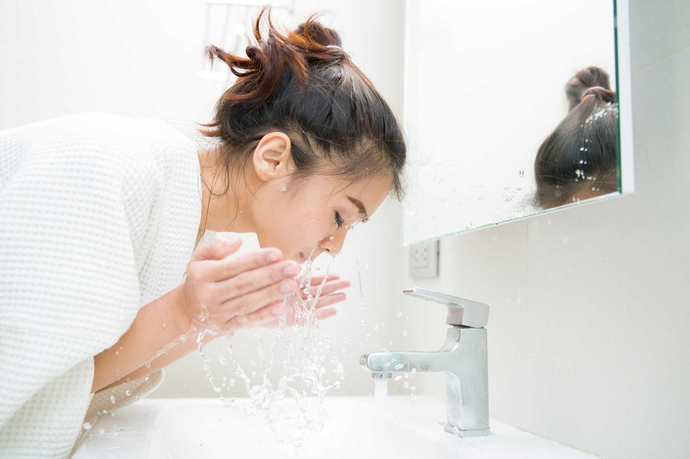 Khi bôi lại kem chống nắng, nên rửa mặt và tẩy trang sạch ẽ