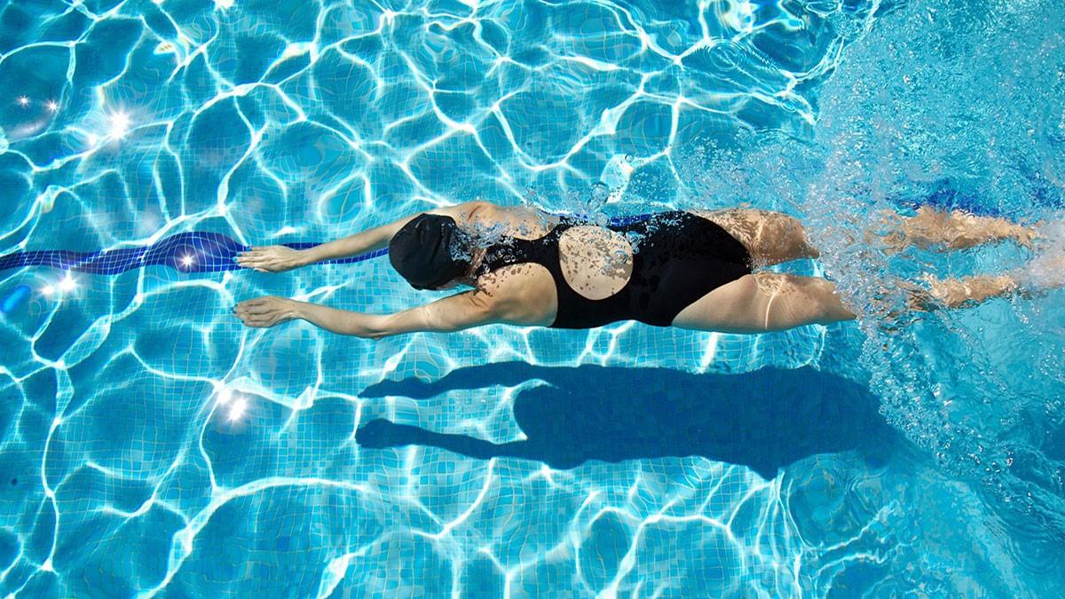 Kem chống nắng đi bơi cần có khả năng chống nước và chỉ số SPF tối thiểu 30