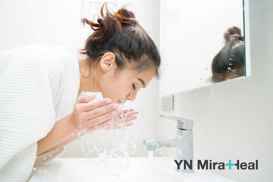 Rửa mặt vào sáng sớm khi ngủ dậy và bắt đầu tiến hành thoa kem dưỡng da