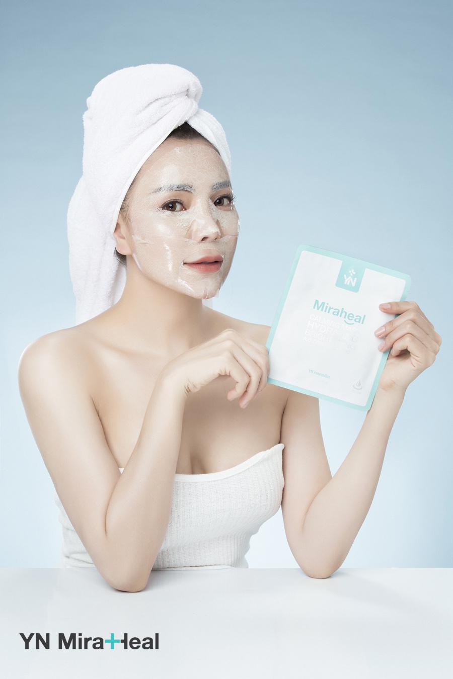 Mặt nạ dưỡng ẩm YN Miraheal Calming Mask với thiết kế ren đặc biệt kết hợp với lớp mặt nạ hydrogel an toàn với mọi loại da, có thể sử dụng 2 lần/tuần