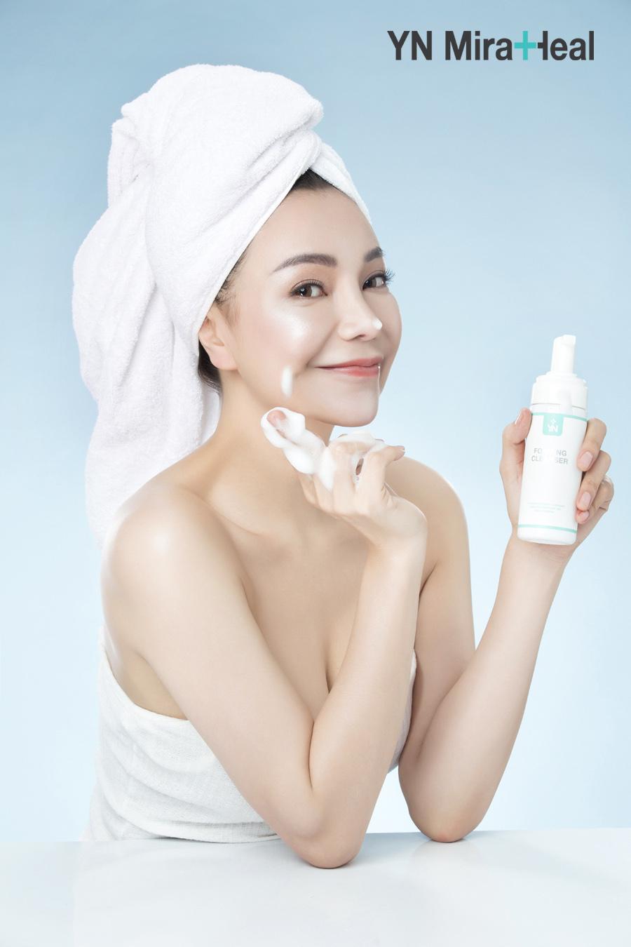 Sử dụng sữa rửa mặt YN Foaming Cleanser để loại bỏ sạch tế bào chết, bã nhờn mùa đông mà không gây khô da