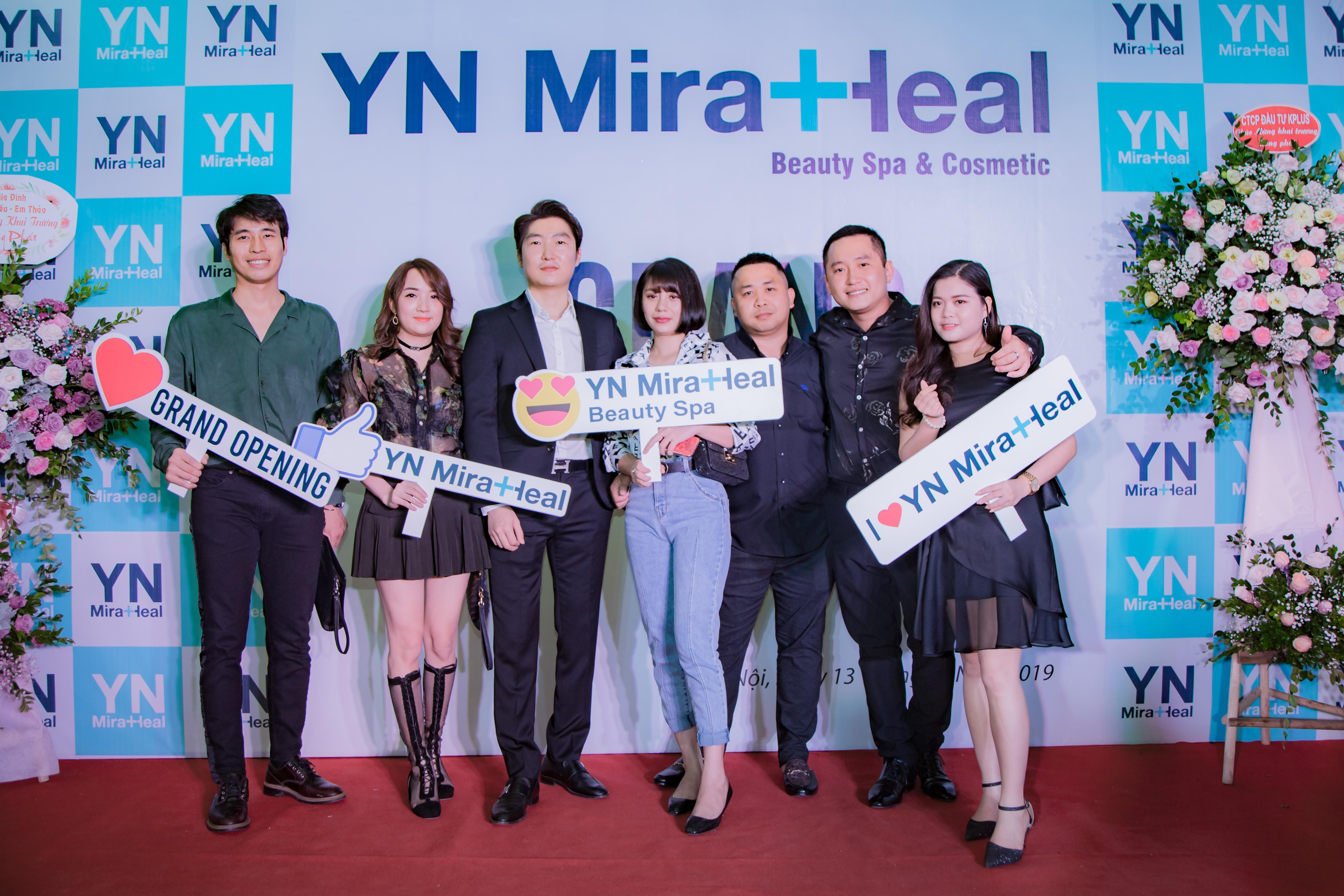 Ông Kim Jun Suk ( Giám đốc YN Miraheal Việt Nam) chụp hình lưu niệm cùng các khách mời trong chương trình