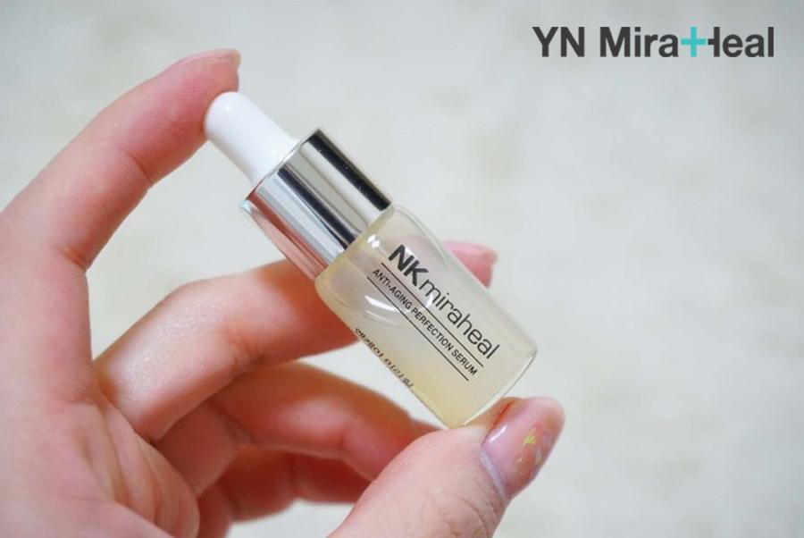 Serum là tinh chất dưỡng da được cấu tạo từ các phân tử nhỏ với khả năng thẩm thấu tốt nhất trong các loại mỹ phẩm