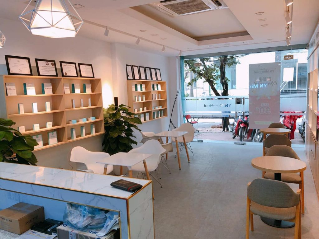 Không gian trưng bày và tư vấn của shop mỹ phẩm Hàn Quốc chính hãng YN Miraheal